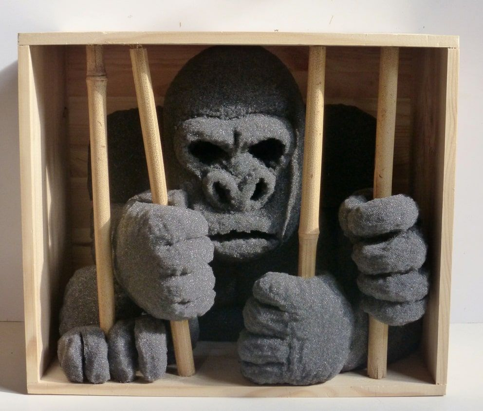 sculture - gorilla in gabbia